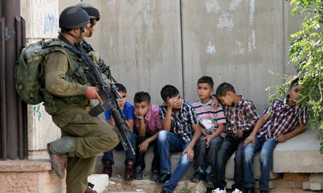Israeli-soldiers-guard-Pa-007