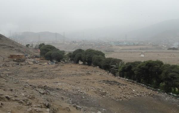 O-local-onde-foi-derrubada-uma-das-pirâmides-de-El-Paraíso-onde-se-vê-a-areia-revolvida-600x380